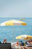 Пляж моря зонтика, люди лежа на loungers солнца Стоковое фото RF