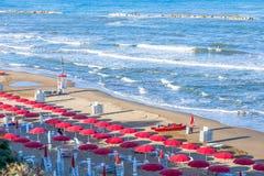 Пляж моря с стульями и зонтиками стоковые фотографии rf