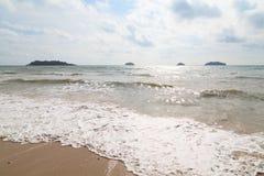 Пляж на голубом море Стоковое Изображение RF