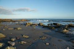 Пляж на заходе солнца в Корнуолле, Англии Стоковые Фото