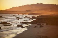 Пляж на заходе солнца, San Simeon стоковое изображение