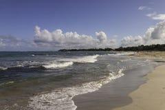 Пляж на океане в Вест-Инди Стоковая Фотография