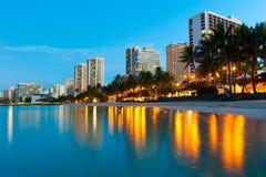 Пляж на Waikiki с зданиями и отражениями Стоковое Изображение