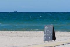 Пляж, океан и корабль Стоковое Изображение
