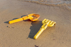Пляж, лопаткоулавливатели игрушки и грабли воссоздание обеда напольное Стоковые Фотографии RF