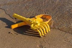 Пляж, лопаткоулавливатели игрушки и грабли воссоздание обеда напольное Стоковое Фото