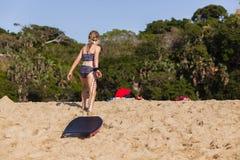 Пляж доски девушки идя Стоковое Изображение RF