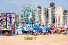 Пляж острова кролика и парк атракционов Luna Park в Нью-Йорке Стоковые Фотографии RF