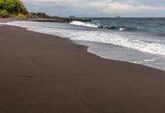 Пляж отработанной формовочной смеси в Padangbai, острове Бали, Индонезии Стоковые Изображения RF