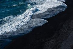 Пляж отработанной формовочной смеси с волной Стоковое Изображение