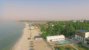 Пляж от воздушного взгляд сверху Туристы ослабляя и занимаясь серфингом сток-видео