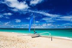 Пляж, парусник и тропическое море Стоковая Фотография