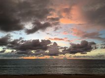 Пляж пасмурного солнца установленный стоковое фото rf