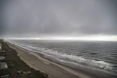 пляж пасмурный стоковые изображения rf