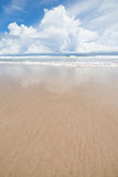 Пляж песка волн и день облаков солнечный Стоковое фото RF