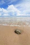 Пляж песка волн и день облаков солнечный Стоковые Фото