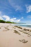 Пляж песка волн и день облаков солнечный Стоковое Фото