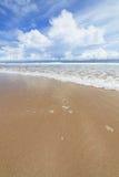 Пляж песка волн и день облаков солнечный Стоковая Фотография RF