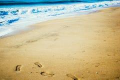 Пляж песка и океанская волна и шаг Стоковое фото RF