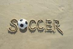 Пляж песка сообщения футбола футбола рукописный Стоковое фото RF