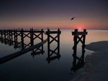 Пляж побережья мексиканского залива с сломленной пристанью после урагана Стоковое Изображение