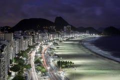 Пляж Copacabana после сумрака в Рио-де-Жанейро Стоковые Фотографии RF