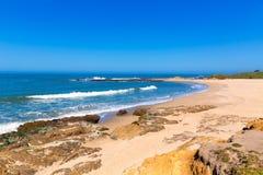 Пляж положения полости фасоли Калифорнии в Cabrillo Hwy стоковая фотография rf