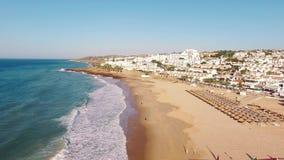 Пляж Прая da Luz на утре, виде с воздуха Лагоса, Алгарве, Португалии акции видеоматериалы