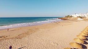 Пляж Прая da Luz на утре, виде с воздуха Лагоса, Алгарве, Португалии видеоматериал