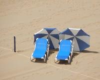 пляж пустой 2 sunloungers, 2 парасоля Стоковое Изображение RF