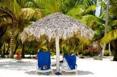 Пляж рая с ладонями и sunbeds Стоковые Изображения