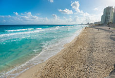 Пляж рая с гостиницами в Cancun, Мексике Стоковые Фотографии RF