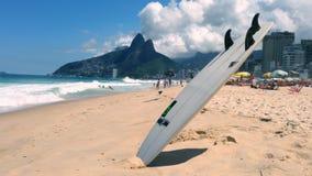 Пляж Рио-де-Жанейро Бразилия Ipanema Surfboard сток-видео
