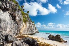 Пляж руинами Tulum в Мексике Стоковые Фото