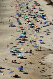 Пляж сверху с много людьми и зонтиков Стоковые Изображения RF