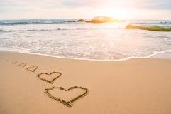 Пляж сердца влюбленности романтичный стоковое изображение