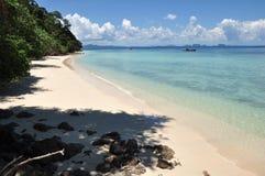 Пляж солнечного дня Стоковое Фото