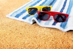 Пляж солнечных очков загорая космос экземпляра Стоковые Фотографии RF