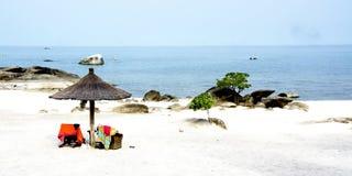 Пляж с африканским зонтиком Стоковые Фотографии RF