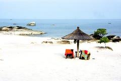Пляж с африканским зонтиком Стоковые Изображения RF