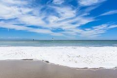 Пляж с белой волной и голубым небом Стоковое Изображение RF