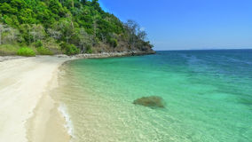 Пляж с белым песком в Таиланде на острове Adang тропическом Стоковое Изображение