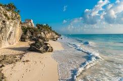 Пляж с белым песком и руины Tulum, Yuacatan, Мексики Стоковое фото RF