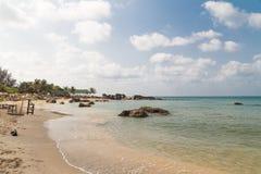Пляж с белым песком стоковая фотография rf