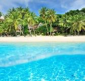 Пляж с взглядом белого дна песка подводным Стоковые Изображения RF