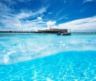 Пляж с взглядом белого дна песка подводным Стоковые Изображения