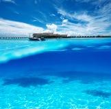 Пляж с взглядом белого дна песка подводным Стоковое фото RF