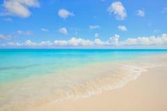 Пляж с водой бирюзы Стоковое Изображение