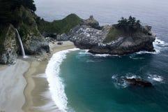 Пляж с водопадом Стоковое фото RF