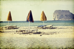 Пляж с зонтиками и sunbeds Стоковое Изображение